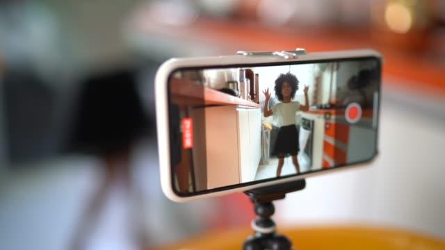 自宅での若い女の子のブログ - 映像撮影点の映像素材/bロール