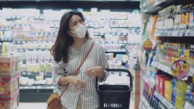 ung flicka bär en skyddande ansiktsmask - kirurgmask bildbanksvideor och videomaterial från bakom kulisserna