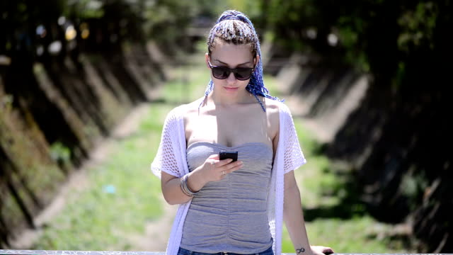 vídeos de stock, filmes e b-roll de menina com telefone - questão social