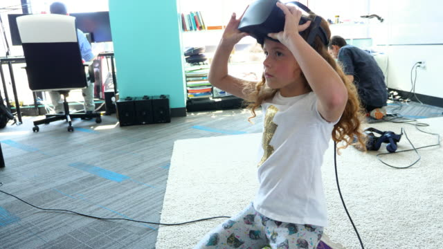 vídeos y material grabado en eventos de stock de ms young girl working with virtual reality headset while sitting on floor in computer lab - laboratorio de ordenadores
