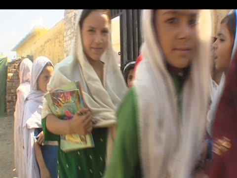 vidéos et rushes de young girls attend school despite severe bombings by taliban forces pakistan 15 october 2009 - écolière