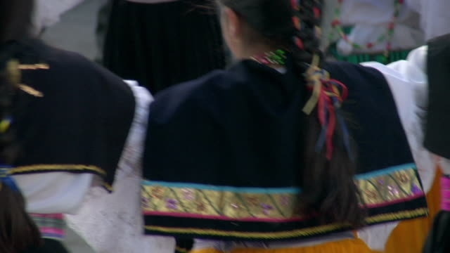stockvideo's en b-roll-footage met cu pan zo ws young girls dancing in circle wearing festive outfits, ecuador - meisjes