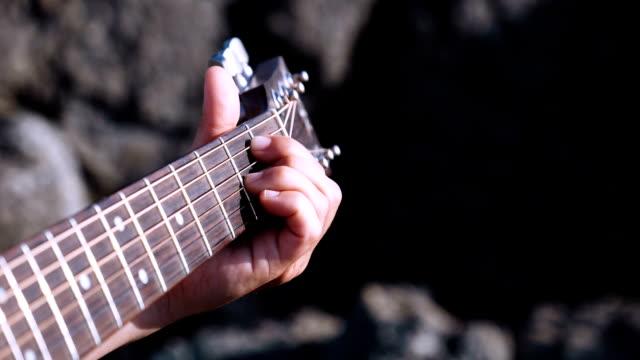 vídeos y material grabado en eventos de stock de mano de un joven tocando la guitarra - diapasón instrumento de cuerdas