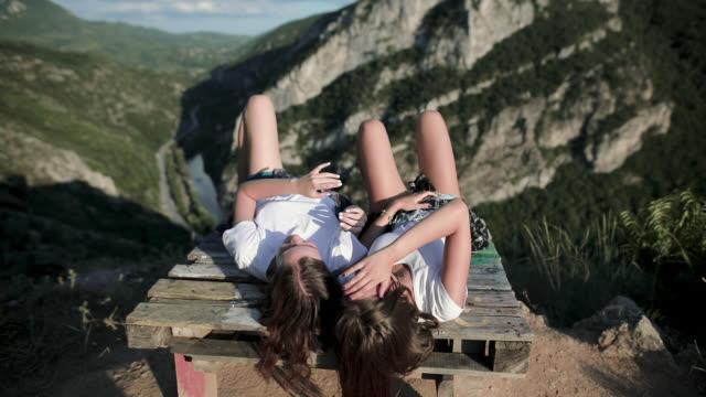 junge mädchen entspannen und spaß auf dem berg - liegen stock-videos und b-roll-filmmaterial