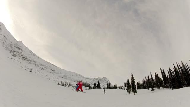 giovani ragazze sci in montagna - bastoncino da sci video stock e b–roll