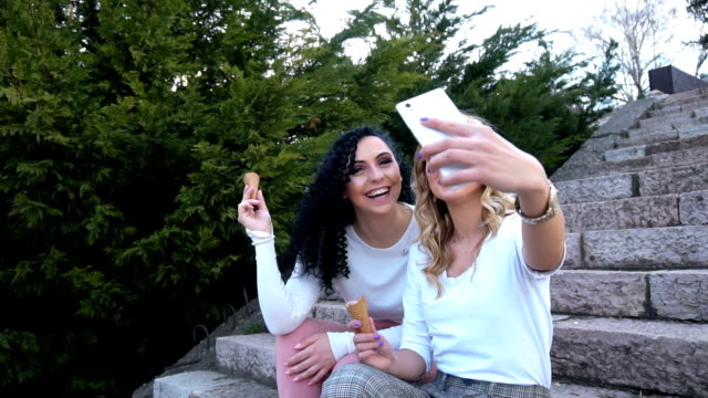 junge girls nehmen selfie-eating icecream - fotografieren stock-videos und b-roll-filmmaterial