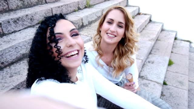 junge mädchen nehmen selfie - photographing stock-videos und b-roll-filmmaterial