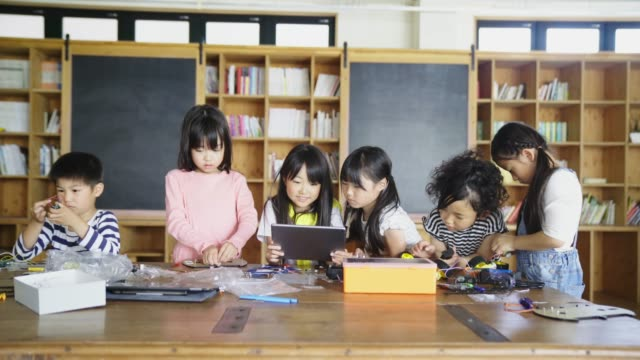 young group of children having fun in an engineering lesson - japanese culture stock videos & royalty-free footage