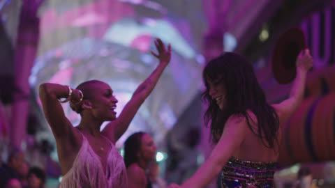 vídeos y material grabado en eventos de stock de slo mo. young group of friends dance together on fremont street in las vegas - bailar