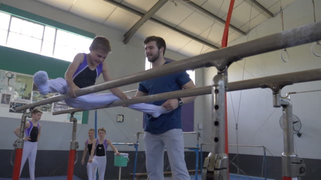 stockvideo's en b-roll-footage met young gymnasts training at a gymnastics club - de brug