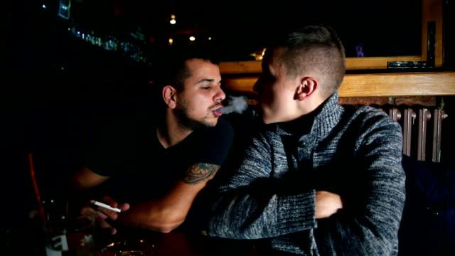 Junge hübsche Männer in casual Café