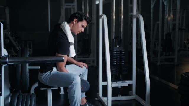schönen jungen mann übungen im fitness-studio - handgewicht stock-videos und b-roll-filmmaterial