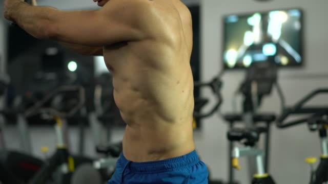 vídeos y material grabado en eventos de stock de hombre guapo joven haciendo ejercicios en gimnasio - brazo humano