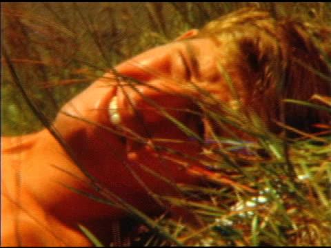 junger gut aussehender mann in den 1970 er - sexy teen stock-videos und b-roll-filmmaterial