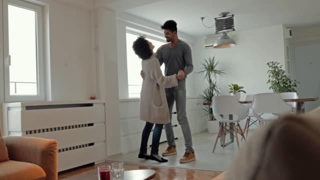 junge afrikanische amerikanische brautpaar spaß beim tanzen im wohnzimmer. - ganzkörperansicht stock-videos und b-roll-filmmaterial