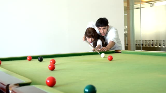 vídeos de stock e filmes b-roll de young happy couple enjoying playing snooker - mesa de bilhar