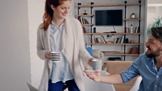 Junge Brautpaar mit digital-Tablette und rechtzeitig zu Hause Kaffee genießen.