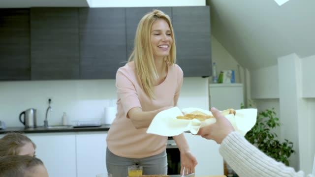 vídeos y material grabado en eventos de stock de joven feliz familia disfrutando en la hora del desayuno en mesa de comedor. - happy meal