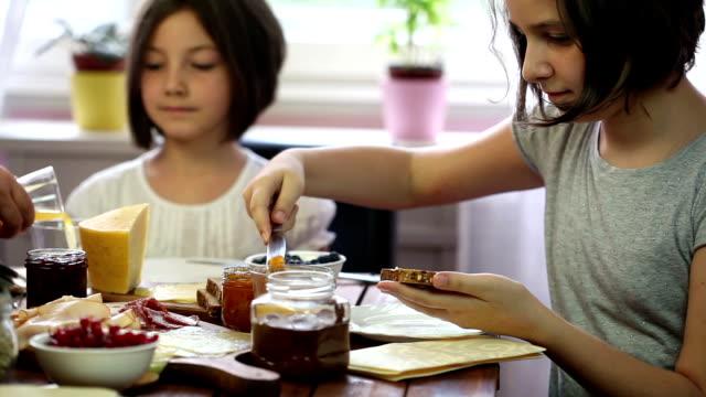 Giovane famiglia felice di avere la colazione