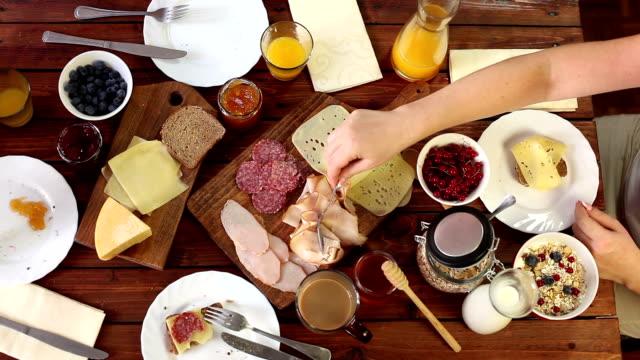 Jonge gelukkige familie ontbijten