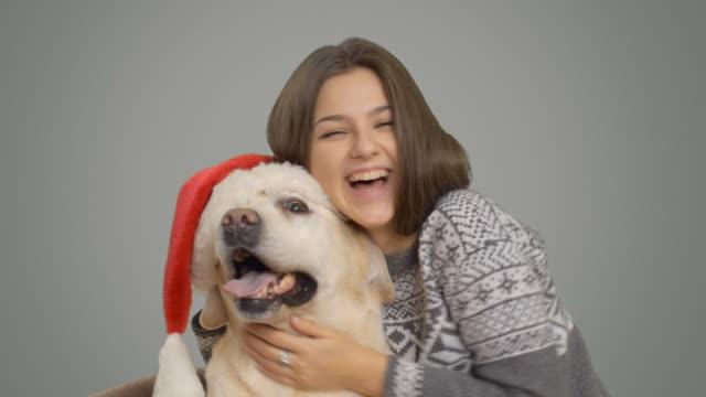 Jovem Menina feliz colocada seu Labrador