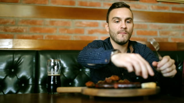 vídeos y material grabado en eventos de stock de joven feliz disfrutando de una comida saludable - modales de mesa