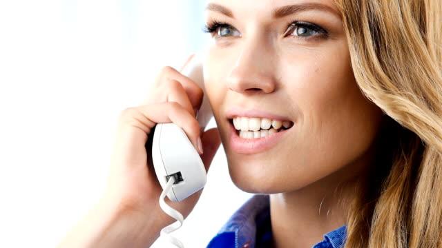 vídeos y material grabado en eventos de stock de joven feliz empresaria sonriendo y hablando en el teléfono - recepcionista