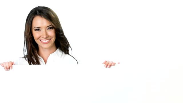Giovane felice sorridente donna d'affari, mostrando a spazio vuoto insegna, in bianco
