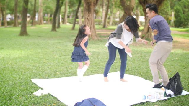 vídeos de stock, filmes e b-roll de retrato taiwanês feliz novo da família - brincadeira de pegar