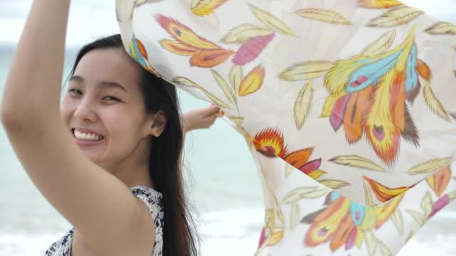 若い幸せな女両腕ビーチ、スローモーションでスカーフ - リゾート地点の映像素材/bロール