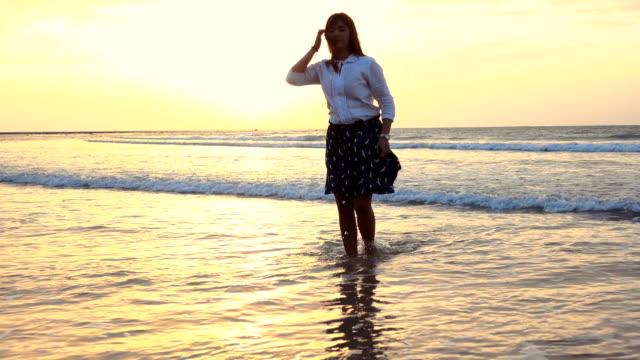 vídeos de stock, filmes e b-roll de jovem mulher feliz com lenço na praia - mãos estendidas