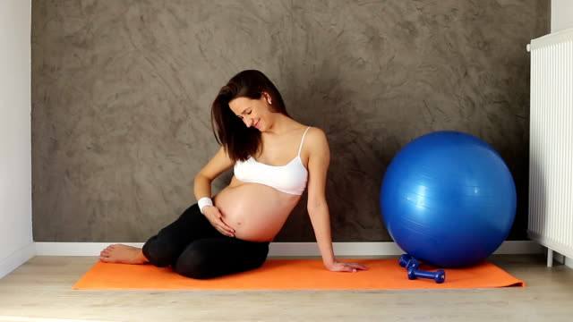 giovane donna incinta sana - preparazione al parto video stock e b–roll