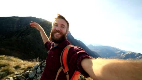junge wanderer gelangen selfie von mountain top - männer stock-videos und b-roll-filmmaterial
