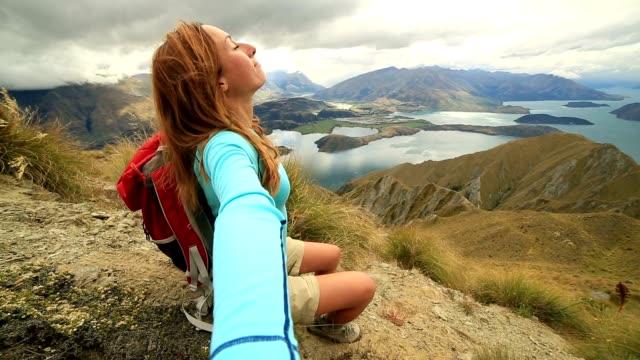 junge wanderer-frau stehend auf einem berg top ausgestreckte arme - drehort außerhalb der usa stock-videos und b-roll-filmmaterial