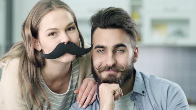Giovane coppia lo slip a vita bassa