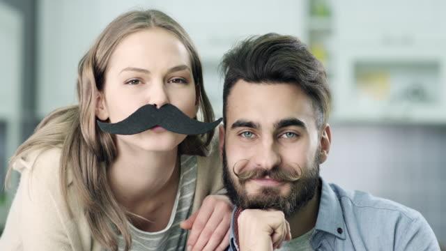 vídeos de stock, filmes e b-roll de jovem hipster casal - bigode