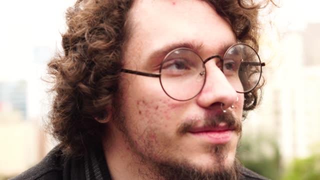 Junge Hipster Mann Porträt bei City