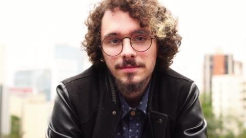 vídeos y material grabado en eventos de stock de retrato de hombre joven inconformista en la ciudad de - 18 19 años