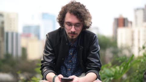 vídeos y material grabado en eventos de stock de hombre joven hipster usando retrato móvil - 18 19 años