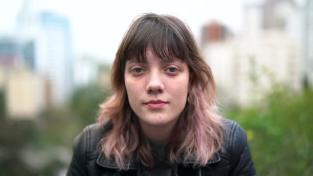 young hipster woman portrait at city - rivolto verso l'obiettivo video stock e b–roll