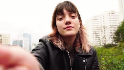 vídeos y material grabado en eventos de stock de jóvenes hipster mujer tomando un selfie - 18 19 años