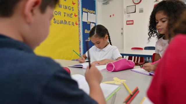 vidéos et rushes de jeunes écoliers hispaniques d'école dans la salle de classe - enfant d'âge scolaire