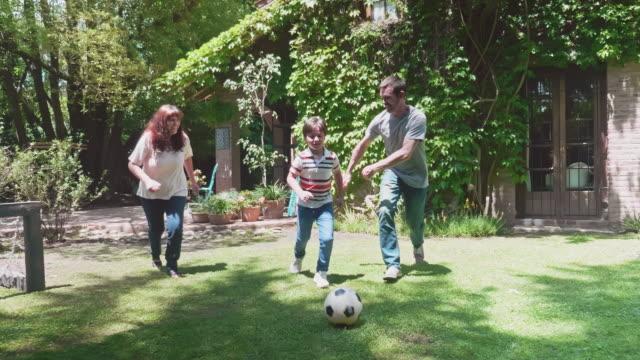 stockvideo's en b-roll-footage met jonge spaanse familie die in binnenplaats speelt - 8 9 jaar