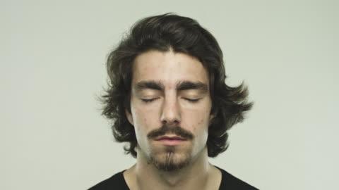 vídeos y material grabado en eventos de stock de ojos de cierre de joven hispana - ojos cerrados