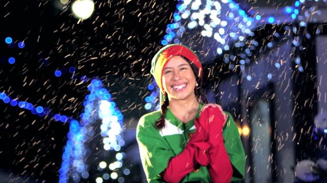 冬の祭りでエルフ衣装で若いヒスパニック系女性 - エルフ点の映像素材/bロール