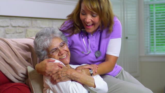 vídeos y material grabado en eventos de stock de ms young home health care worker visiting happy senior woman, austin, texas, usa - cuidador en el hogar