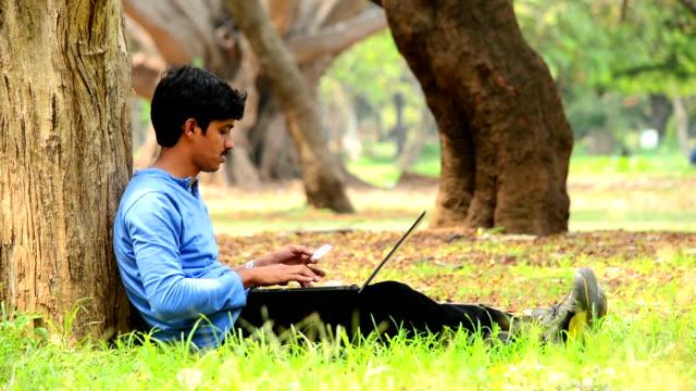 Junger indischer Mann Kauf Online mit Kreditkarte