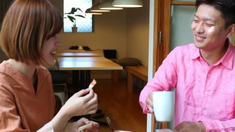 vidéos et rushes de jeunes couples japonais appréciant le petit déjeuner ensemble - vie simple