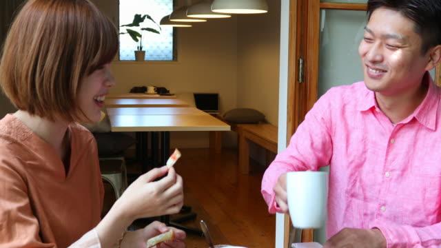 vídeos de stock e filmes b-roll de young japanese couple enjoying breakfast together - vida simples