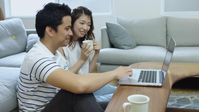 日本の若いカップルの家でぶらぶら - 20代点の映像素材/bロール